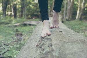 Marcher pieds nus dans la nature